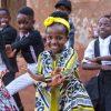 Vrolijke dans en zang van Watoto kinderkoor