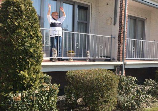 Sporten op het balkon om fit te blijven (video)